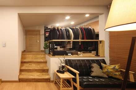 서로 다른 공간의 완벽한 어울림(대전 문창동 주택): 윤성하우징의  드레스 룸