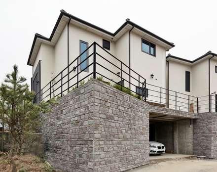 이웃과 함께하는 전원생활 (용인 고기동 주택): 윤성하우징의  차고