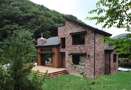 푸른 숲 속, 나만의 미술관 (양평 문호리): 윤성하우징의  주택