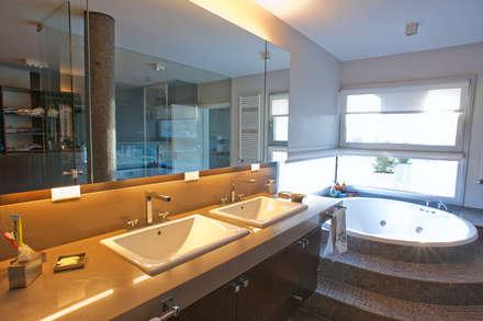 Baño: Baños de estilo moderno por Poggi Schmit Arquitectura
