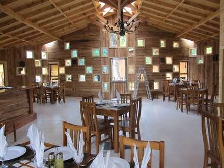 RESTOBAR LAS TRANCAS: Comedores de estilo rústico por +ARQ
