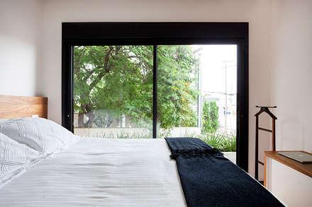 Casa Moema: Quartos  por Tria Arquitetura