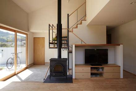 里山に建つ家: toki Architect design officeが手掛けた廊下 & 玄関です。