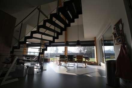 Grote glasvlakken op het zuiden: moderne Keuken door STUDIO = architectuur