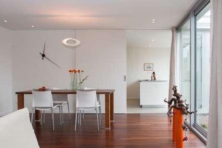Wonen, eten en koken: moderne Eetkamer door Architect2GO