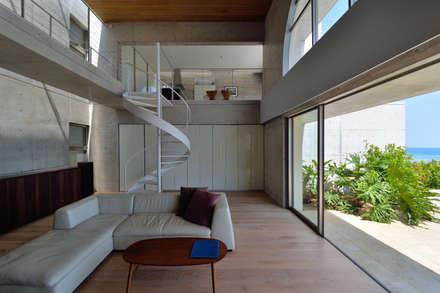 tropical Living room by 門一級建築士事務所