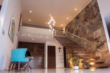 Escalera con pasillo: Pasillos y recibidores de estilo  por AParquitectos