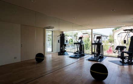 ห้องออกกำลังกาย by Mアーキテクツ|高級邸宅 豪邸 注文住宅 別荘建築 LUXURY HOUSES | M-architects
