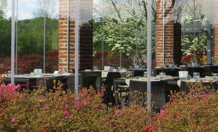 I FONTANILI: Giardino d'inverno in stile In stile Country di MASSIMO SEMOLA PROGETTAZIONE GIARDINI MILANO