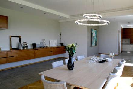 Jadalnia z kryształową lampą: styl , w kategorii Jadalnia zaprojektowany przez in2home
