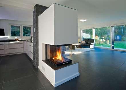Freistehender Kamin aus Raumtrenner: moderne Wohnzimmer von GRID architektur + design