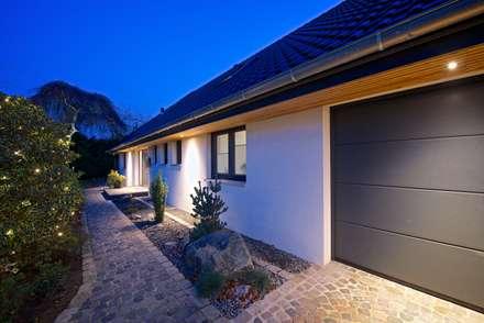 Eingang bei Nacht: moderne Häuser von GRID architektur + design