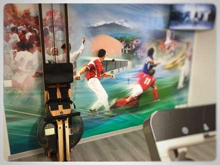 Salle de sport dans un sous-sol: Salle de sport de style de style Moderne par Athletica Design