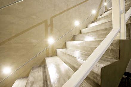ABITAZIONE PRIVATA IN CASCINA: Ingresso & Corridoio in stile  di Studio Magenis Professionisti Associati