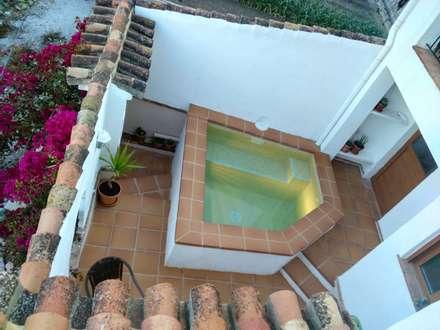Piscina : Piscinas de estilo mediterráneo de Mirasur Proyectos S.L.
