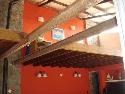ENTREPISO: Estudios y oficinas de estilo moderno por Arq Andrea Mei