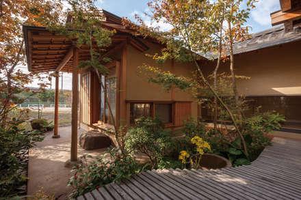 七左の離れ屋: 株式会社 けやき建築設計が手掛けた庭です。