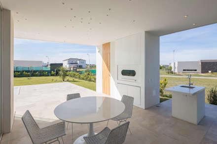 GALERIA: Casas de estilo minimalista por VISMARACORSI ARQUITECTOS