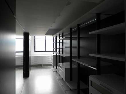 Pent House en Res. Vald'osta: Closets de estilo minimalista por BLUE POLYGON C.A.