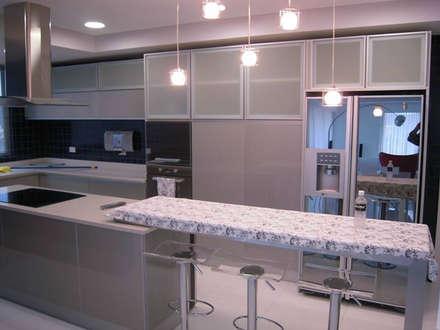 Pent House en Res. Vald'osta: Cocinas de estilo minimalista por BLUE POLYGON C.A.