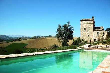 the watch tower in Montedinove, Le Marche: Piscina in stile in stile Minimalista di studio di architettura ulissi