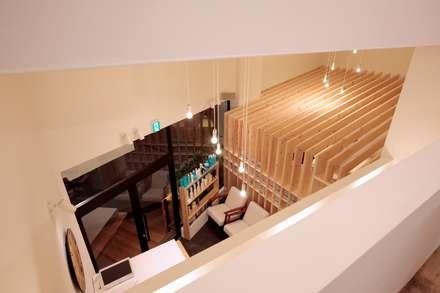 ロフトからの見下げ: ニュートラル建築設計事務所が手掛けた玄関/廊下/階段です。