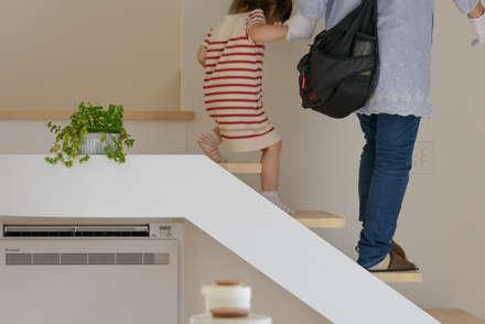 空つかむ家: 風景のある家.LLCが手掛けた玄関/廊下/階段です。