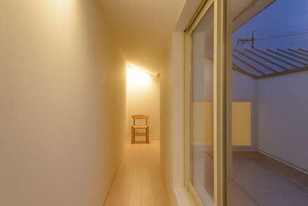 空つかむ家: 風景のある家.LLCが手掛けた玄関・廊下・階段です。