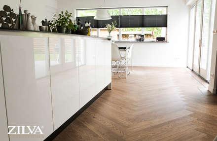 Keuken | PVC visgraat vloer: moderne Eetkamer door Zilva Vloeren