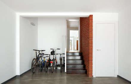 51PIA Reforma de casa entre medianeras al Centro de Sabadell: Garajes de estilo minimalista de Vallribera Arquitectes