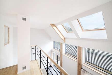 Mezzanine: Couloir et Hall d'entrée de style  par O2 Concept Architecture
