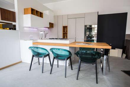 Cucina moderna effetto cemento e lavagna: Cucina in stile in stile Moderno di Vibo Cucine sas di Olivero Bruno e c.