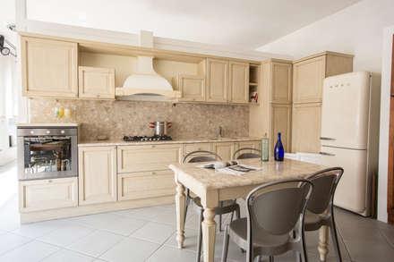 Cucina Atlanta in legno massello: Cucina in stile in stile Classico di Vibo Cucine sas di Olivero Bruno e c.