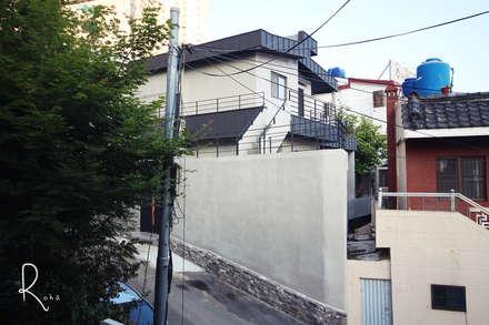공사후 외관: 로하디자인의  주택