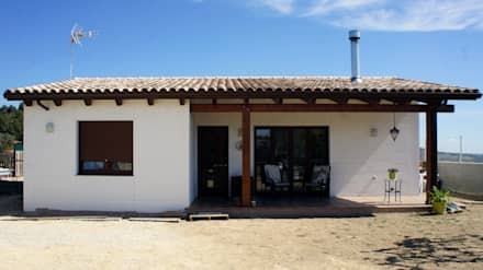 CASA CON ESTRUCTURA MADERA: Casas de estilo mediterráneo de RIBA MASSANELL S.L.