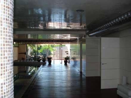 Casa Tashmina: Gimnasios domésticos de estilo moderno de ESTUDI D'ARQUITECTURA XAVIER CLIMENT