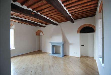 La casa colonica: Soggiorno in stile in stile Coloniale di MARTINI RUGGERI & PARTNERS