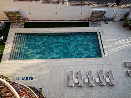 Proyecto de exteriores en Hotel Los Angeles (Granada): Piscinas de estilo moderno de Conarte cocinas
