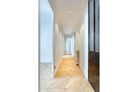 Appartement de 220 m2 - Paris 17e: Couloir et hall d'entrée de style  par AD9 Agencement