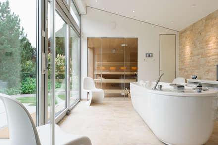 Massage-Badewanne im Ruheraum (Firma Unbescheiden): modernes Spa von homify