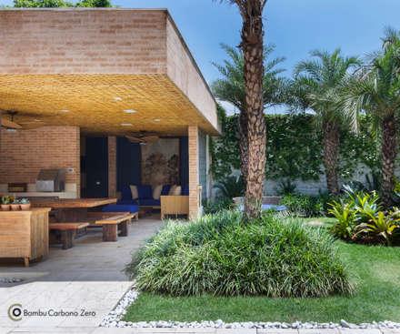 Forro com esteira trançada de Bambu: Jardins rústicos por BAMBU CARBONO ZERO