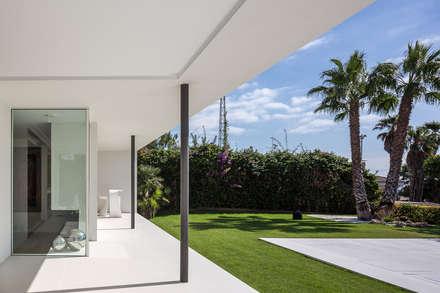 Casa Herrero   08023 architects: Jardines de estilo moderno de Simon Garcia   arqfoto