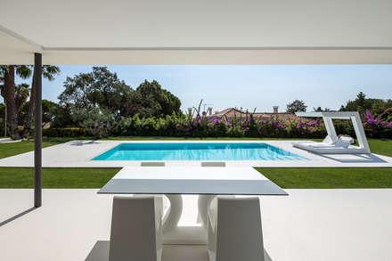 Piscinas de estilo moderno por Simon Garcia | arqfoto