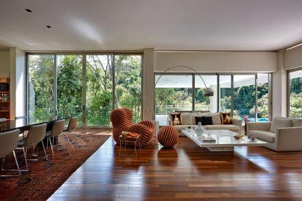 Casa Bosque da Ribeira: Salas de jantar modernas por Lanza Arquitetos