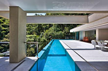 Casa Bosque da Ribeira: Piscinas modernas por Lanza Arquitetos