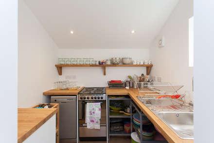 Putmans Barn: country Kitchen by Hampshire Design Consultancy Ltd.