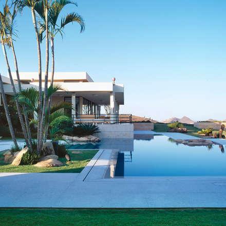 Casa Vila Catela: Piscinas modernas por Lanza Arquitetos