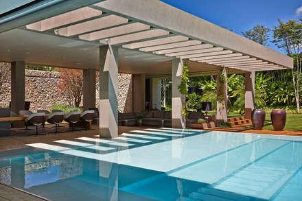 Casa em Brasília: Piscinas modernas por Lanza Arquitetos