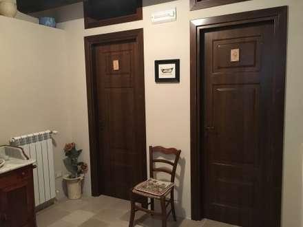 Doppia porta bagno: Finestre in stile  di Ma.Gi.Ca. di Giovanni Mazza