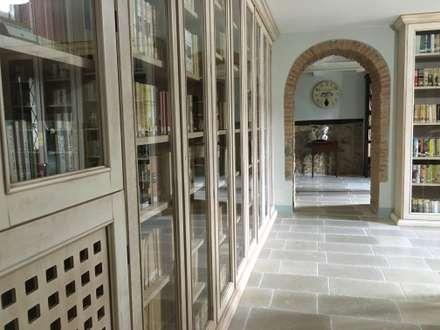 Sala biblioteca: Studio in stile in stile Rustico di Ma.Gi.Ca. di Giovanni Mazza